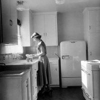 housewife-1940s-washing-dishes